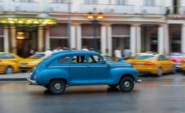 哈瓦那,古巴- 2017年10月21日:老牌减速火箭的汽车在哈瓦那,古巴 公共交通工具旅游和当地人民的出租汽车汽车 蓝色 库存照片