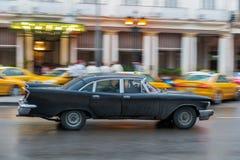 哈瓦那,古巴- 2017年10月21日:老牌减速火箭的汽车在哈瓦那,古巴 公共交通工具旅游和当地人民的出租汽车汽车 Blac 免版税库存图片
