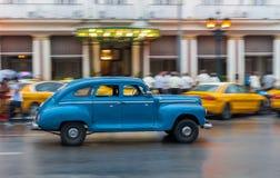 哈瓦那,古巴- 2017年10月21日:老牌减速火箭的汽车在哈瓦那,古巴 公共交通工具旅游和当地人民的出租汽车汽车 蓝色 库存图片