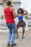 哈瓦那,古巴- 2018年1月04日:跳舞对辣调味汁我的年轻夫妇 库存图片