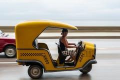 哈瓦那,古巴- 2017年10月21日:驾驶Tuk Tuk出租汽车的妇女在哈瓦那,古巴 库存照片
