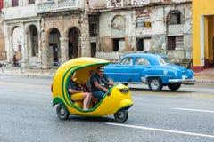 哈瓦那,古巴- 2017年10月21日:黄色Tuk Tuk出租汽车在哈瓦那,古巴 图库摄影
