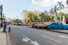 哈瓦那,古巴- 2017年10月20日:Cetral公园在哈瓦那,古巴 老车在背景中 库存图片