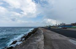 哈瓦那,古巴- 2017年10月21日:Malecon大道在哈瓦那,古巴和加勒比海在背景中 免版税库存照片