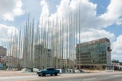 哈瓦那,古巴- 2017年10月23日:Monte de las班德拉斯Square在美利坚合众国的哈瓦那和使馆在背景中 免版税库存图片