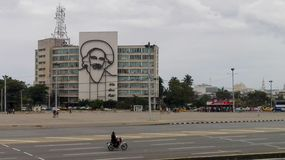 哈瓦那,古巴- 2017年4月13日:革命正方形在哈瓦那的中心有以的卡米洛・西恩富戈斯的面孔为特色铁壁画  免版税库存图片