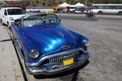哈瓦那,古巴- 8月 2017年:经典葡萄酒/减速火箭的汽车蓝色别克,正面图,在街道上 库存照片