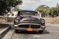 哈瓦那,古巴- 8月 2017年:老和生锈的汽车Oldsmobile -在哈瓦那surburb的出租汽车  免版税库存图片