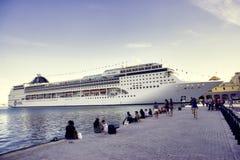 哈瓦那,古巴- 2月17,2017 :MSC歌剧游轮靠码头在 免版税库存图片