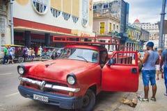 哈瓦那,古巴- DEC 04日2015年 葡萄酒经典美国汽车,共产主义者 免版税库存图片