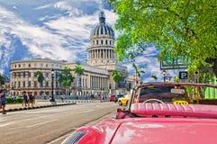 哈瓦那,古巴- 2016年7月14日, 红色葡萄酒经典美国汽车, 免版税库存图片