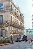 哈瓦那,古巴- 2012年4月1日:古色古香的房子和垃圾车 免版税库存照片