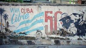 哈瓦那,古巴- 2011年12月23日:古巴在墙壁上的libre街道画 股票录像