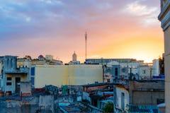 哈瓦那,古巴- 2017年4月14日:哈瓦那旧城一条被放弃的房子和街道的地道看法有惊人的日落的 库存照片