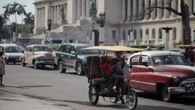 哈瓦那,古巴- 2011年12月23日:在城市街道上的减速火箭的汽车 影视素材