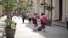 哈瓦那,古巴- 2011年12月23日:学校的学生在街道上的 股票视频
