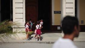 哈瓦那,古巴- 2011年12月23日:学生临近在街道上的学校 股票录像