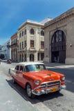 哈瓦那,古巴- 2012年4月1日:橙色薛佛列葡萄酒汽车 免版税图库摄影