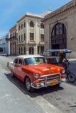 哈瓦那,古巴- 2012年4月1日:橙色薛佛列葡萄酒汽车 免版税库存图片