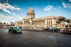 哈瓦那,古巴- 2011年6月7日:老经典美国汽车乘驾 库存照片