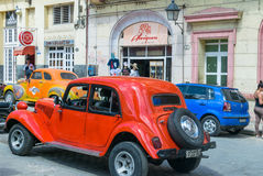 哈瓦那,古巴- 2016年4月7日:老经典美国汽车乘驾 库存图片