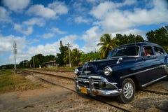 哈瓦那,古巴- 2014年12月10日:老经典美国汽车驱动 库存图片