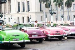 哈瓦那,古巴- 2015年9月22日:经典美国汽车停放的o 图库摄影