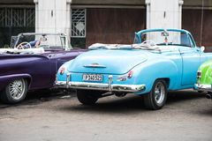 哈瓦那,古巴- 2015年9月22日:经典美国汽车停放的o 免版税库存照片