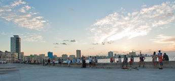 哈瓦那,古巴- 2016年10月22日 人们坐哈瓦那海湾PR 库存照片
