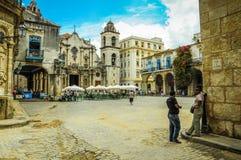 哈瓦那,古巴- 2013年5月31日Locan古巴人谈话在角落  图库摄影