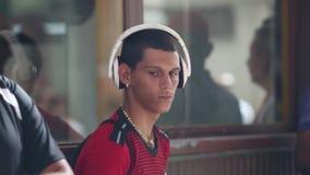 哈瓦那,立方体,2018年7月5日,非洲人听的音乐在大耳机有闭合的眼睛的,放松和作梦 年轻 股票录像