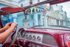 哈瓦那,从一辆老葡萄酒经典美国汽车里边的看法 图库摄影