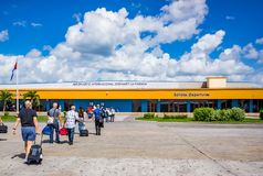 哈瓦那, CUBA-OCT 25 -美国游人在哈瓦那到达直接地从迈阿密, 2015年10月25日 免版税图库摄影