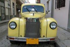 哈瓦那黄色汽车 免版税库存图片