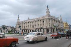 哈瓦那Gran Teatro de La Habana- Great剧院有经典汽车的在前景 库存照片