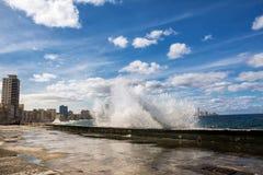 哈瓦那Malecon的散步有碰撞的挥动 免版税图库摄影