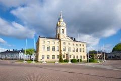 哈米纳` s老城镇厅在城市广场在多云天空下 19座钟楼c教会芬兰hamina保罗・彼得st 库存照片