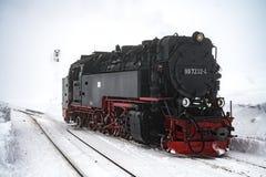 哈茨山/德国12月17日2017年:在布罗肯峰的窄片机车暴风雪的 免版税库存图片
