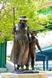 哈莉特・塔布曼雕象有一个幼儿的 库存图片