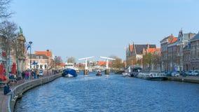哈莱姆,荷兰–2019年4月14日:哈莱姆运河和建筑学,荷兰 图库摄影