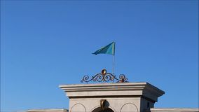 哈萨克斯坦旗子,振翼在风 股票录像