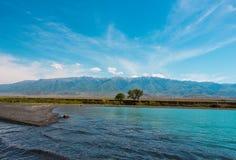 哈萨克斯坦湖和山  免版税库存照片