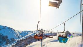 哈萨克斯坦,奇姆肯特, 2017年2月, 9日 在滑雪胜地的滑雪电缆车举山的人 影视素材