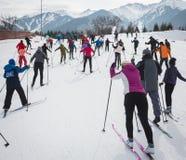 哈萨克斯坦,阿尔玛蒂- 2018年2月25日:阿尔巴滑雪费斯特的非职业速度滑雪竞争2018年 参与者 免版税库存照片