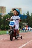 哈萨克斯坦,阿尔玛蒂- 2017年6月11日:儿童` s循环的竞争游览de kids 孩子年岁2到7年竞争  库存图片