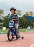 哈萨克斯坦,阿尔玛蒂- 2017年6月11日:儿童` s循环的竞争游览de kids 孩子年岁2到7年竞争  免版税图库摄影