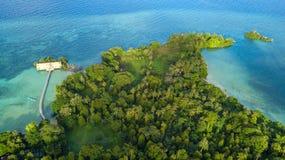 哈达海岛鸟瞰图在印度尼西亚 库存照片