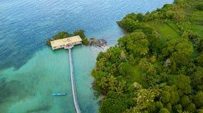 哈达海岛鸟瞰图在印度尼西亚 免版税库存照片