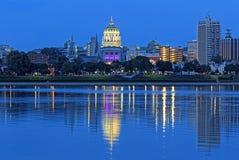 哈里斯堡宾夕法尼亚在晚上 库存图片