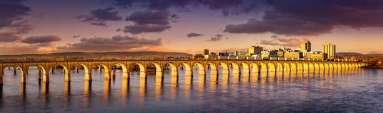 哈里斯堡,宾夕法尼亚铁路桥梁和地平线 免版税库存照片